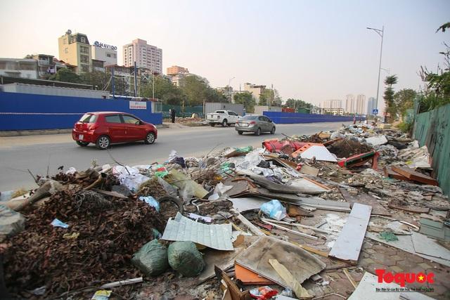 Hà Nội: Đường Nguyễn Văn Huyên kéo dài ngập trong rác thải bốc mùi hôi thối - Ảnh 2.