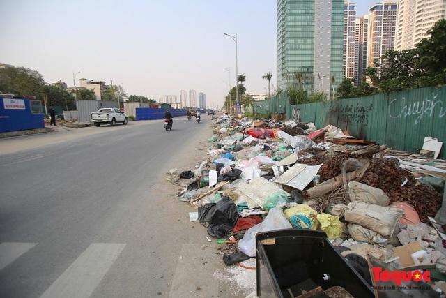 Hà Nội: Đường Nguyễn Văn Huyên kéo dài ngập trong rác thải bốc mùi hôi thối - Ảnh 1.