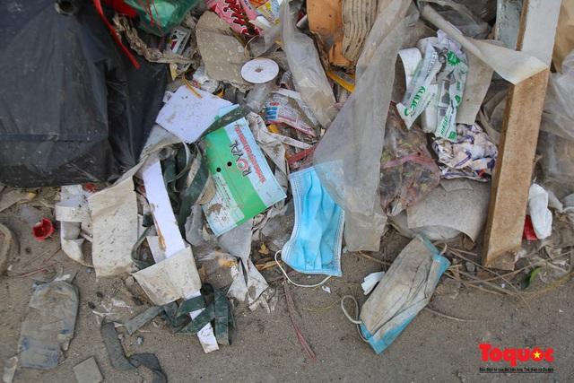 Hà Nội: Đường Nguyễn Văn Huyên kéo dài ngập trong rác thải bốc mùi hôi thối - Ảnh 12.