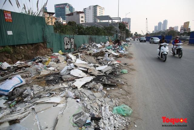 Hà Nội: Đường Nguyễn Văn Huyên kéo dài ngập trong rác thải bốc mùi hôi thối - Ảnh 5.