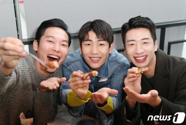 """Nhóm """"F4 Bắc Hàn"""" nhận xét về đại úy Triều Tiên Ri Jung Hyeok - Hyun Bin khiến các fan rụng tim - Ảnh 2."""