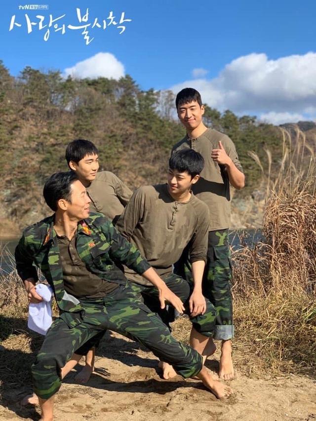 """Nhóm """"F4 Bắc Hàn"""" nhận xét về đại úy Triều Tiên Ri Jung Hyeok - Hyun Bin khiến các fan rụng tim - Ảnh 4."""