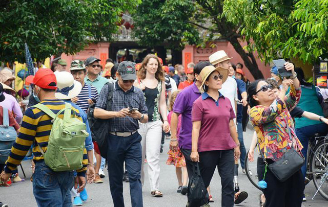 Du khách bỏ khẩu trang, thoải mái dạo bước trên phố cổ Hội An - Ảnh 1.