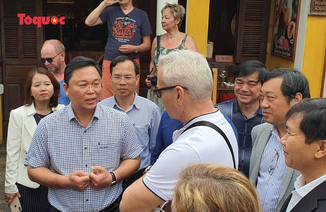 Chủ tịch Quảng Nam nói tiếng Anh với du khách Tây trên phố cổ Hội An - Ảnh 2.