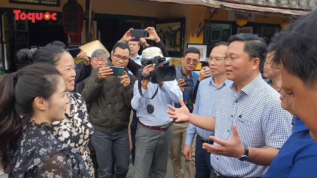Chủ tịch Quảng Nam nói tiếng Anh với du khách Tây trên phố cổ Hội An - Ảnh 8.