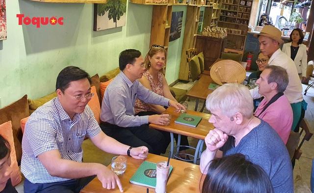 Chủ tịch Quảng Nam nói tiếng Anh với du khách Tây trên phố cổ Hội An - Ảnh 7.