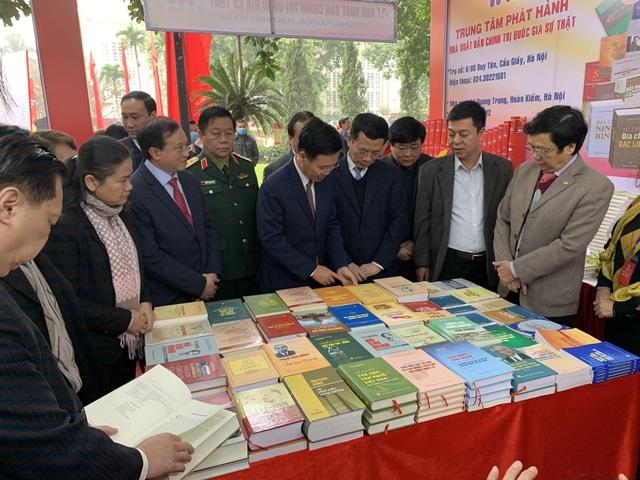 Triển lãm 1 vạn cuốn sách Kỷ niệm 90 năm thành lập Đảng Cộng sản Việt Nam - Ảnh 2.