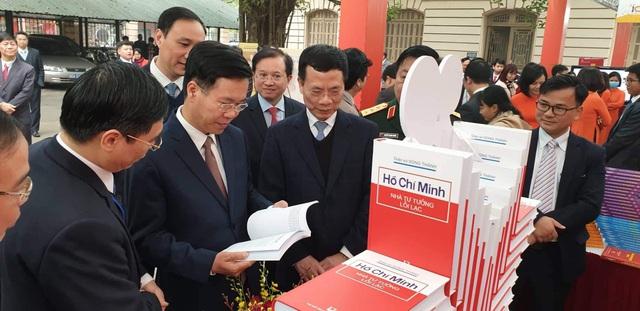 Triển lãm 1 vạn cuốn sách Kỷ niệm 90 năm thành lập Đảng Cộng sản Việt Nam - Ảnh 1.