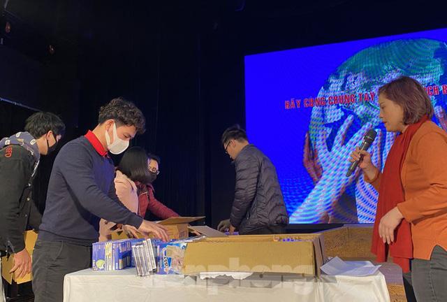 NSƯT Xuân Bắc phát khẩu trang miễn phí, kêu gọi nghệ sĩ bảo vệ sức khoẻ giữa dịch corona - Ảnh 1.