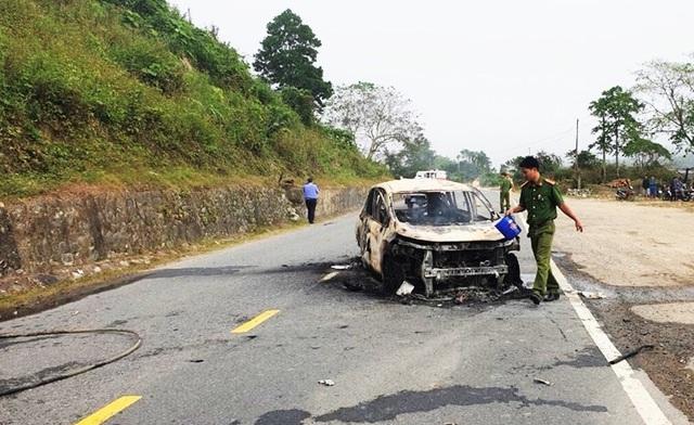 Ô tô 7 chỗ phát nổ rồi bốc cháy khiến hai người thiệt mạng - Ảnh 2.