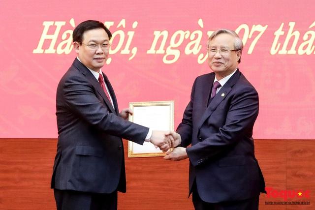 Công bố quyết định Phó Thủ tướng Vương Đình Huệ giữ chức vụ Bí thư Thành ủy Hà Nội  - Ảnh 1.