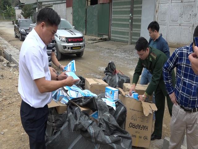 Lào Cai: Thu giữ 22.500 khẩu trang không rõ nguồn gốc xuất xứ. - Ảnh 1.