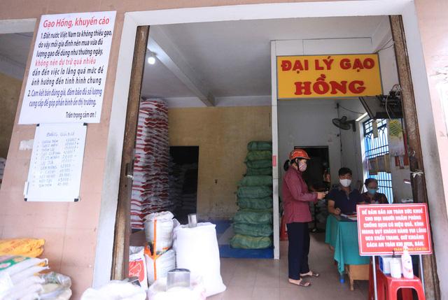 Chủ đại lý gạo ở Đà Nẵng treo tấm bảng khuyên khách không nên...mua nhiều gạo - Ảnh 10.