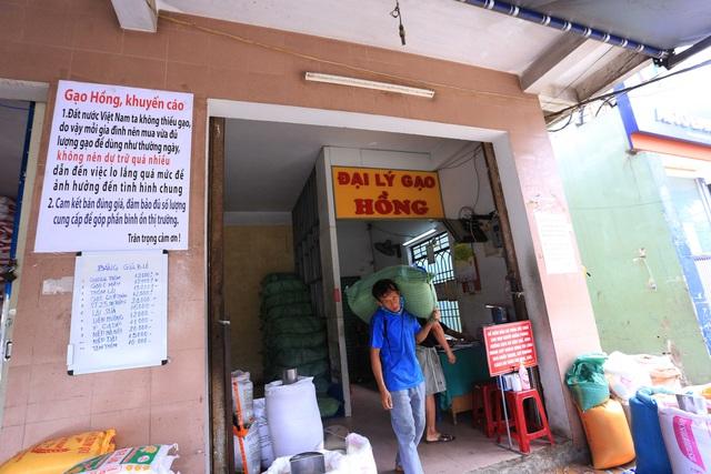 Chủ đại lý gạo ở Đà Nẵng treo tấm bảng khuyên khách không nên...mua nhiều gạo - Ảnh 3.