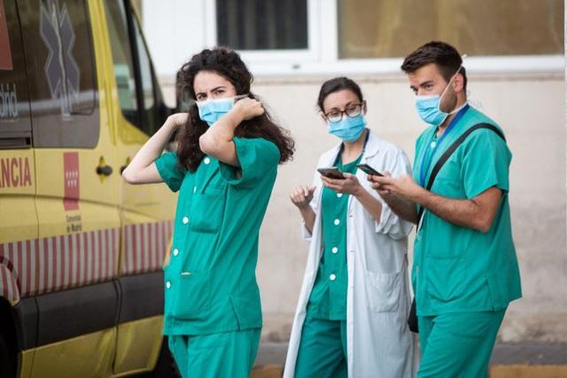 Nghịch lý tại Mỹ: Bán đấu giá 750.000 chiếc khẩu trang trong khi bệnh viện toàn quốc đang khan hiếm - Ảnh 1.