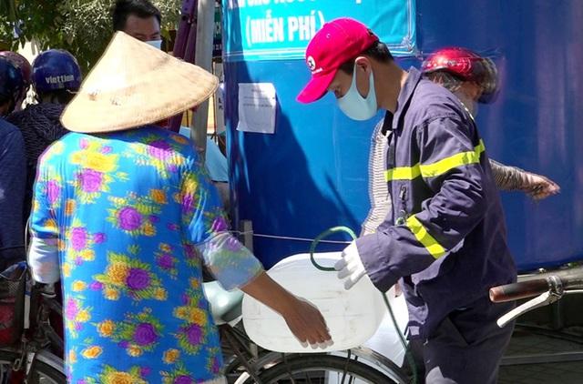 Cảnh sát PCCC & CNCH chở nước ngọt ứng cứu người dân vùng hạn mặn - Ảnh 4.