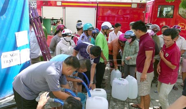 Cảnh sát PCCC & CNCH chở nước ngọt ứng cứu người dân vùng hạn mặn - Ảnh 2.
