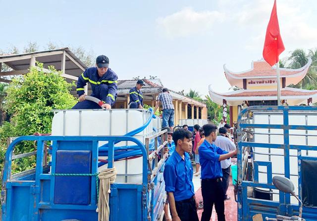 Cảnh sát PCCC & CNCH chở nước ngọt ứng cứu người dân vùng hạn mặn - Ảnh 3.
