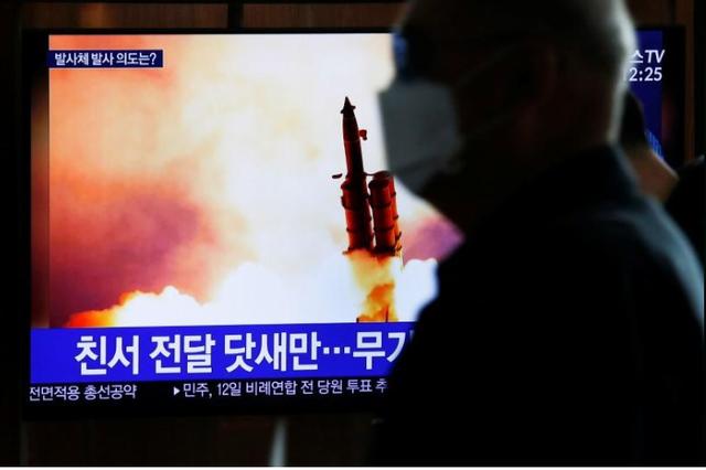 Loạt thử tên lửa và kỳ họp mới hé lộ sự thực về tình hình COVID-19 tại Triều Tiên? - Ảnh 1.