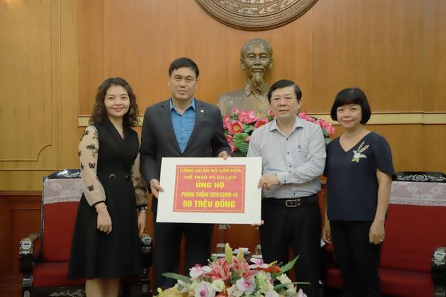 Công đoàn Bộ Văn hóa, Thể thao và Du lịch trao tiền ủng hộ, chung tay phòng chống dịch Covid-19 - Ảnh 1.
