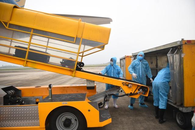 Sân bay Vân Đồn đón thêm hơn 500 người Việt trở về từ vùng dịch theo quy trình đặc biệt - Ảnh 3.