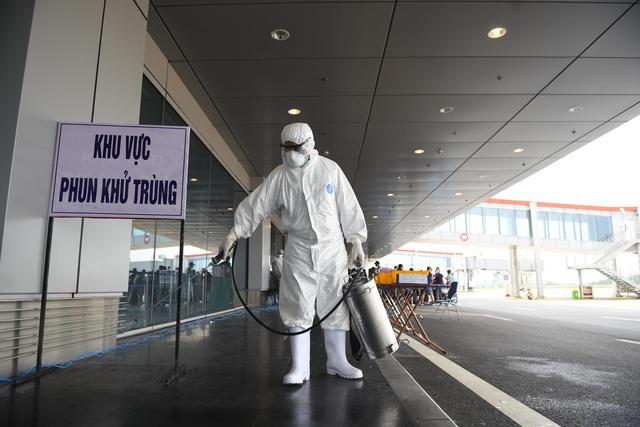 Sân bay Vân Đồn đón thêm hơn 500 người Việt trở về từ vùng dịch theo quy trình đặc biệt - Ảnh 5.