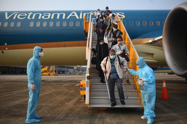 Sân bay Vân Đồn đón thêm hơn 500 người Việt trở về từ vùng dịch theo quy trình đặc biệt - Ảnh 1.