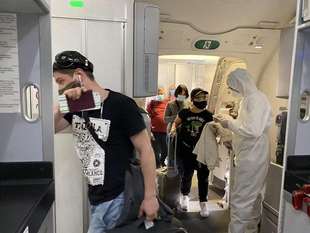 Cận cảnh chuyến bay đặc biệt của Bamboo Airways đưa công dân Séc và châu Âu hồi hương - Ảnh 5.