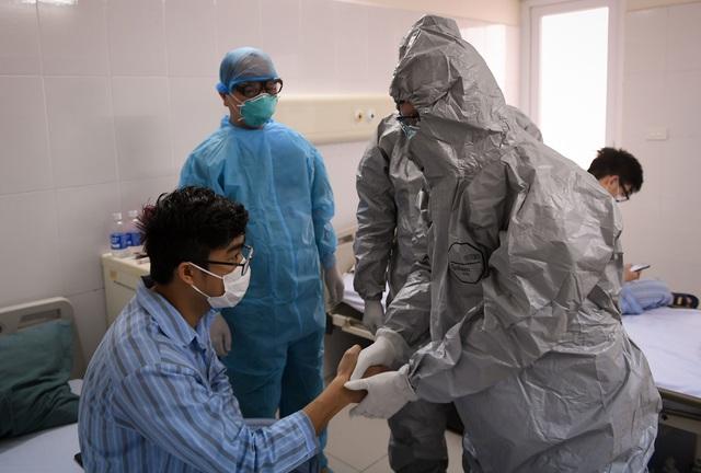 Ảnh: Thứ trưởng Bộ Y tế vào tận phòng cách ly thăm hỏi, động viên bệnh nhân mắc COVID-19 - Ảnh 10.