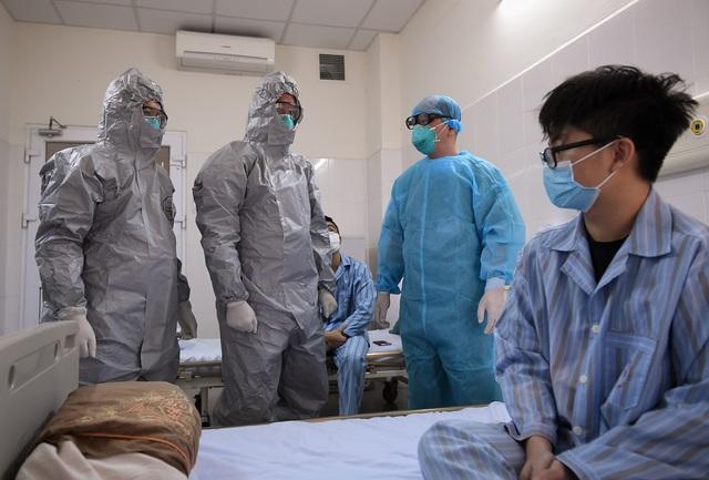 Thứ trưởng Bộ Y tế vào tận phòng cách ly để thăm bệnh nhân mắc COVID-19 - Ảnh 11.