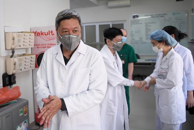 Thứ trưởng Bộ Y tế vào tận phòng cách ly để thăm bệnh nhân mắc COVID-19 - Ảnh 2.
