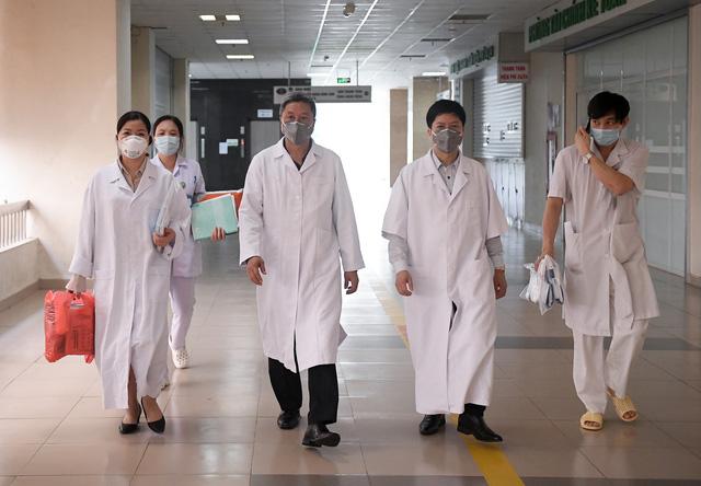 Thứ trưởng Bộ Y tế vào tận phòng cách ly để thăm bệnh nhân mắc COVID-19 - Ảnh 1.