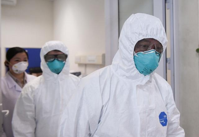 Thứ trưởng Bộ Y tế vào tận phòng cách ly để thăm bệnh nhân mắc COVID-19 - Ảnh 5.