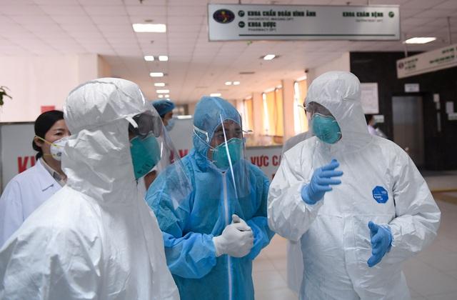 Thứ trưởng Bộ Y tế vào tận phòng cách ly để thăm bệnh nhân mắc COVID-19 - Ảnh 9.