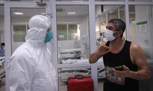 Thứ trưởng Bộ Y tế vào tận phòng cách ly để thăm bệnh nhân mắc COVID-19 - Ảnh 8.