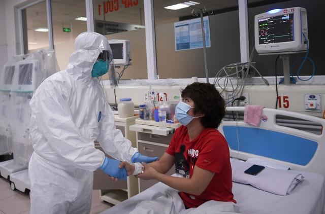 Thứ trưởng Bộ Y tế vào tận phòng cách ly để thăm bệnh nhân mắc COVID-19 - Ảnh 7.
