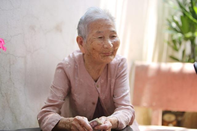 Mẹ Việt Nam Anh hùng ủng hộ hết tiền dành dụm chống dịch Covid-19 - Ảnh 2.