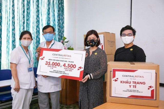 Trao tặng 70.000 khẩu trang y tế và 9.000 kính chống giọt bắn cho các bệnh viện tuyến đầu ở Hà Nội và TP.HCM - Ảnh 2.
