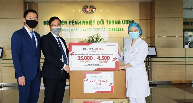 Trao tặng 70.000 khẩu trang y tế và 9.000 kính chống giọt bắn cho các bệnh viện tuyến đầu ở Hà Nội và TP.HCM - Ảnh 1.