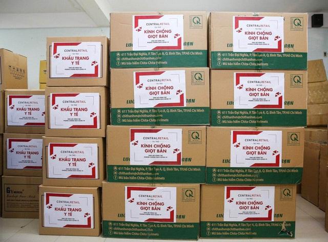Trao tặng 70.000 khẩu trang y tế và 9.000 kính chống giọt bắn cho các bệnh viện tuyến đầu ở Hà Nội và TP.HCM - Ảnh 3.