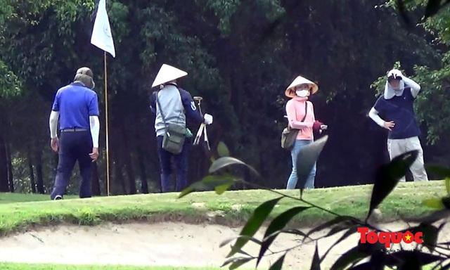 Nghệ An: Sân golf Cửa Lò mở cửa, nhiều người vẫn tụ tập chơi bất chấp chỉ thị của Thủ tướng - Ảnh 5.