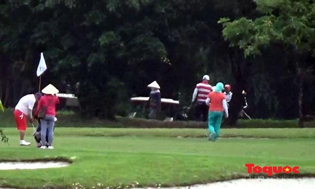 Nghệ An: Sân golf Cửa Lò mở cửa, nhiều người vẫn tụ tập chơi bất chấp chỉ thị của Thủ tướng - Ảnh 4.