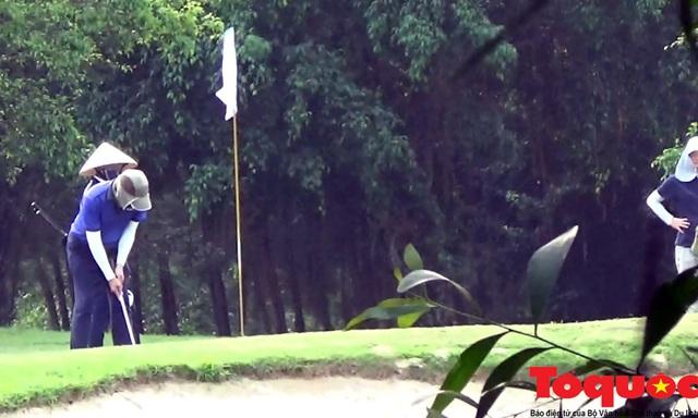 Nghệ An: Sân golf Cửa Lò mở cửa, nhiều người vẫn tụ tập chơi bất chấp chỉ thị của Thủ tướng - Ảnh 2.