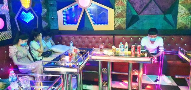 """Quán karaoke bị tước giấy phép hoạt động vì chứa hàng chục thanh niên """"mở tiệc"""" ma túy giữa mùa dịch - Ảnh 1."""