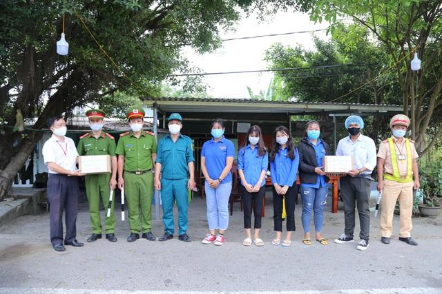 Trao tặng hàng trăm chai dung dịch sát khuẩn khô cho các lực lượng tại 7 chốt chặn cửa ngõ thành phố - Ảnh 1.