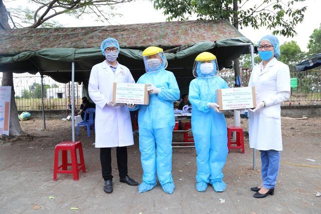 Trao tặng hàng trăm chai dung dịch sát khuẩn khô cho các lực lượng tại 7 chốt chặn cửa ngõ thành phố - Ảnh 3.
