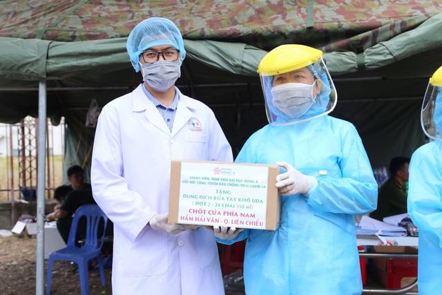 Trao tặng hàng trăm chai dung dịch sát khuẩn khô cho các lực lượng tại 7 chốt chặn cửa ngõ thành phố - Ảnh 4.