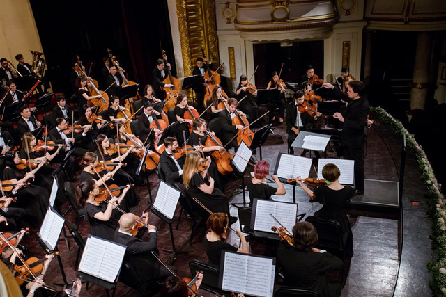 """Nhạc trưởng Olivier Ochanine: """"SSO sẽ mang đến nhiều buổi hòa nhạc xuất sắc khi tái xuất"""" - Ảnh 2."""