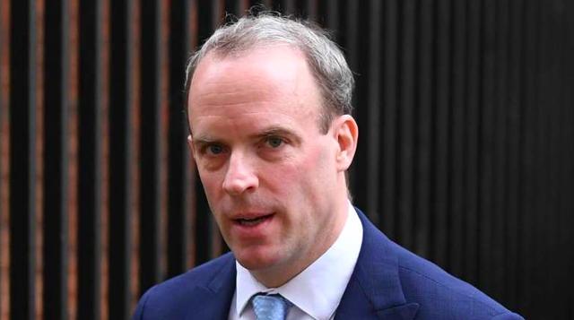 """Vị Ngoại trưởng """"sắt son"""" sẽ thay Thủ tướng Boris Johnson điều hành chính phủ Anh, Dominic Raab là ai? - Ảnh 1."""