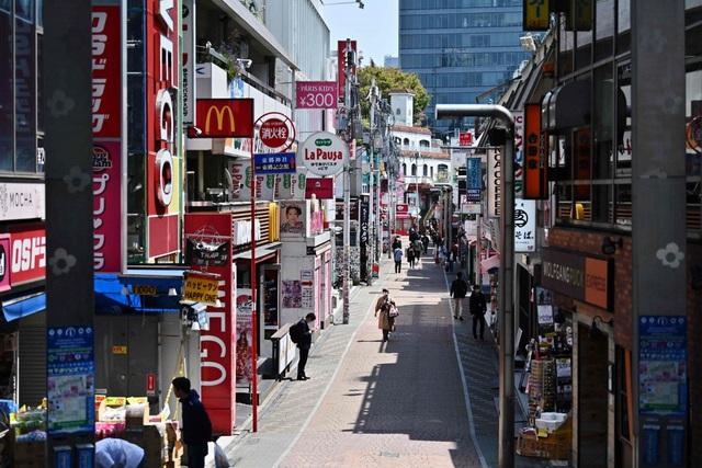 Ngày đầu tiên áp dụng tuyên bố khẩn cấp, cuộc sống người dân Nhật Bản thay đổi lạ thường - Ảnh 1.